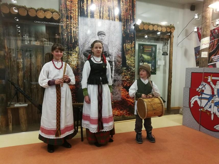 """Panevėžio vaikų folkloro ansamblio """"Sierčikai"""" muzikantai Rugilė, Saulė ir Martynas Pšibišauskai"""