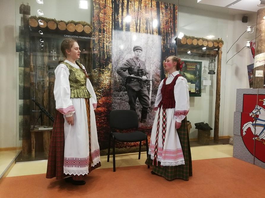 """Panevėžio vaikų folkloro ansamblio """"Sierčikai"""" dainininkės Teklė Vilytė ir Eglė Malinauskaitė."""